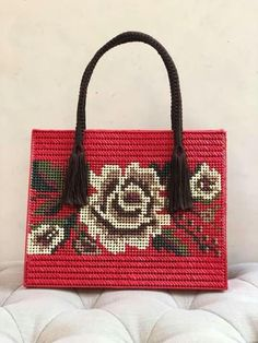 Canvas bag models 100 Brilliant Projects to Upcycle Leftover Fabric Scraps. Crochet Handbags, Crochet Purses, Plastic Canvas Crafts, Plastic Canvas Patterns, Fabric Bags, Fabric Scraps, Cute I Love You, Canvas Purse, Canvas Canvas