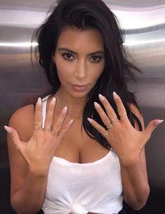 While Kim Kardashian Shows Her Talons Estilo Khloe Kardashian, Kim Kardashian And North, Kardashian Beauty, Kim Kardashian Show, Kardashian Style, Kardashian Jenner, Kardashian Fashion, Kardashian Family, Kardashian Photos