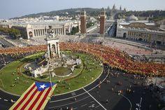 Despliegue de la V de la Diada en plaza de España.