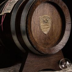 A precious gift box to keep Balsamic Vinegar in its pure form, and ready to be extracted. The oak cask lets you continue to age the product and improve its characteristics.