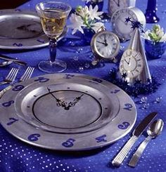 Welcome the New Year with these festive ideas for party favors, napkin folds, centerpieces, and pretty table settings. We've got handmade New Year's party decor that's ready for the midnight toast! New Years Eve Decorations, Party Table Decorations, New Years Eve Day, New Years Party, New Year's Eve Celebrations, New Year Celebration, Deco Table, A Table, Center Table
