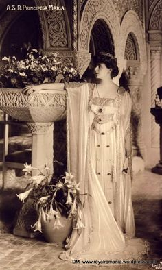 Marie of Romania at her residence, the Cotroceni Palace. She wears a circle diamond tiara, a gift from her mother Marie Alexandrovna, Duchess of Edinburgh and of Saxe-Coburg-Gotha Romanian Royal Family, Royal Jewels, Kaiser, Queen Victoria, Historical Clothing, King Queen, Vintage Beauty, British Royals, Fancy Dress