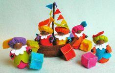 vrolijke pietenslinger in bootje, ik pin hem ook even, anders vergeet ik het ideetje weer, gelukkig heb ik alle patroontjes al en vilt ;) Wooden Pegs, Wooden Diy, Food Crafts, Diy Crafts, Nature Table, Kokeshi Dolls, Crochet Dolls, Needle Felting, Projects To Try