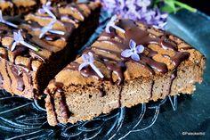 """Niin, tännehän se viime postauksen Nutellanakin tunnettu paleoystävällinen suklaa-hasselpähkinälevitepäätyi. Sulatetun suklaan alle """"kevyeksi"""" kakkupalaksi. Bongasin """"Kiusauksessa"""" -blogista jo ai..."""