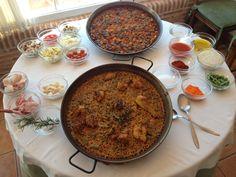 Arroz de verduras y Paella Valenciana con todos sus ingredientes. A la derecha los condimentos en común, a la izquierda los particulares de cada arroz. Restaurante Arrocería Noray. www.arrocerianoray.com www.cateringyeventosnoray.com www.gruponoray.com