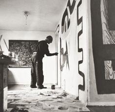 Le Corbusier mentre dipinge un murale in casa di Costantino Nivola, East Hampton, ottobre 1950, Courtesy Archivio privato Nivola