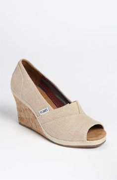 These look so comf! #wedges #toms