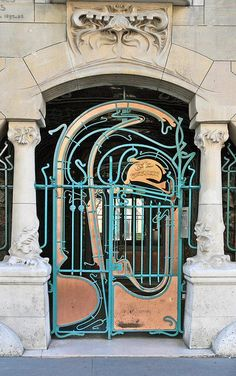 Castel Béranger by Hector Guimard - This shows the most important doorway of the site. It is a typical art nouveau treatment using wrought iron. Architecture Parisienne, Architecture Classique, Architecture Art Nouveau, Architecture Details, Paris Architecture, Paris Kunst, Paris Art, Art Parisien, Hector Guimard