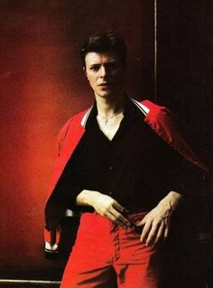 Dressed in black & red : David Bowie