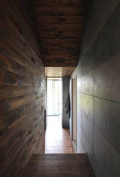 #通路の先にある水平線。洗面の先にも、浴室の先にもそれは広がっています。 #petitemaison  #casestudyhouse #nasuclub #bespoke #handcrafted #hitachi #seaside #modern #japanesedesign #wooddesign #tile #colider #light #日立 #小さな家 #オーダーメイド #住宅 #無垢材 #タイル #洗面所 #シーサイド