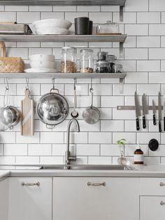 White kitchen from trendenser. Basic Kitchen, New Kitchen, Kitchen Dining, Kitchen Decor, Kitchen Shelves, Kitchen Pantry, Kitchen Appliances, High End Kitchens, Home Kitchens