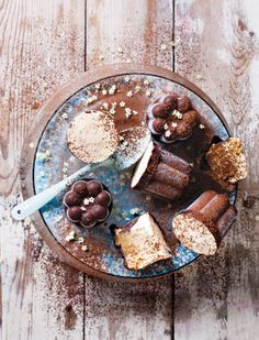 Chocolate-coated caramel ice cream kisses, step-by-step video (in Dutch) Caramel Ice Cream, Chocolate Ice Cream, Chocolate Covered, Chocolate Sweets, Chocolate Caramels, Chocolate Kisses, Frozen Desserts, Frozen Treats, Sorbet