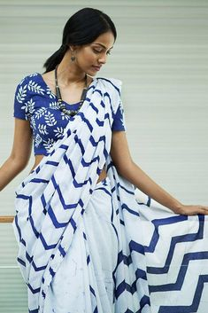 Latest Saree Designs in Sri Lanka - Sarees Online Shopping Indian Attire, Indian Outfits, Indian Wear, Indian Clothes, Indian Dresses, Style Indien, Indische Sarees, Sari Design, Stylish Sarees