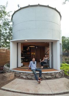 Architect Christoph Kaiser converted a 1955 corrugated steel-wall grain silo in Phoenix, Arizona into a charming modern tiny house. Modern Tiny House, Tiny House Design, Silo House, Mid Century Exterior, Grain Silo, Unusual Homes, Cozy House, Halle, Interior Architecture