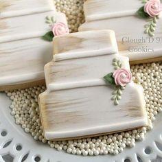 A little swipe of gold goes a long way! wedding cookies