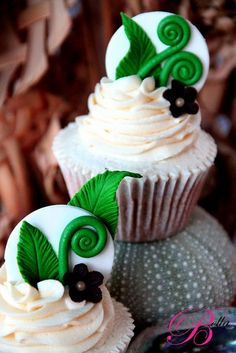 These cupcakes would be cute for a New Zealand/Ireland themed wedding if you added a little shamrock Pretty Cupcakes, Beautiful Cupcakes, Yummy Cupcakes, Cupcake Wars, Cupcake Cookies, Cake Pops, Cupcakes Flores, Biscuits, Wedding Cupcakes