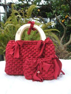Beautiful red bag and purse Bag Crochet, Crochet Handbags, Crochet Purses, Cute Crochet, Crochet Hats, Yarn Bag, Diy Tote Bag, Diy Handbag, Patchwork Bags