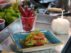 Essa Salada de Papaia verde da Chef Luiza Hoffmann é para provar que com poucos ingredientes você pode fazer um verdadeiro banquete.