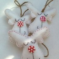 These lovely little White felt reindeer will look so festive on your tree this year.  Handmade with decorative button noses and hessian to hang them.  Was £4.50 Now £3.00 Please state whether you prefer spot or check button at time of purchase.