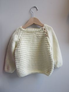 White knitted sweater from Julija Knitting For Kids, Baby Knitting, Crochet Baby, Knit Crochet, Pull Bebe, Diy Kleidung, White Knit Sweater, Baby Pullover, Knit Fashion