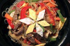 JapChae, recette coréenne. Prendre des nouilles à la patate douce (damgmyeon) et 400g de boeuf à mariner dans 1 cs d'huile de sésame + 2 cs de soja + ail + poivre pendant 20 mn. Pour les champignons prendre 4 shiitake et ou 10 champignons noirs.
