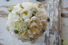ramo de novia con hortensia blanca, peonias y astrantia. Mayula Flores