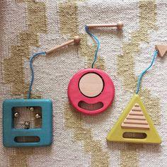 Wirklich SCHÖNE Kinderspielsachen zu finden ist nicht gerade einfach. Und oft sind die hübschen Dinge aus Holz dann eben einfach nicht die Sachen, mit denen die Kids spielen wollen! In unserer Sommer-Spielzeug-Serie stellen wir euch Produkte vor, mit denen wir gute Erfahrungen gemacht haben und die das Auge und das Kinderherz erfreuen. Denn – leider ...