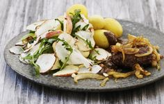 Hakkebøf med bløde løg og jordskokkesalat med æbler pinterest: simonewanscher