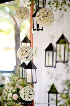 Flores blancas y faroles