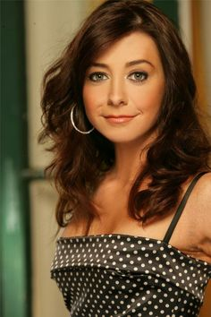 Alyson Hannigan, pretty as can be in a sleek dress with long, brown locks of hair. Alyson Hannigan, Gorgeous Redhead, Beautiful Eyes, Beautiful Celebrities, Beautiful Actresses, Lily Aldrin, Sarah Michelle Gellar Buffy, Actrices Sexy, Stewart