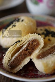 Bake for Happy Kids: The Flaky and Flakiest Tau Sar Piah with smooth Tau Sar filling 酥皮豆沙饼 Yummy Snacks, Snack Recipes, Dessert Recipes, Cooking Recipes, Yummy Food, Cooking Food, Asian Cooking, Chinese Wife Cake Recipe, Chinese Cake