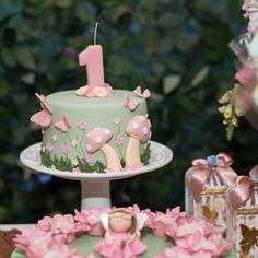 Festa Jardim Encantado: 80 ideias e tutoriais para um dia cheio de magia Fairy Birthday Cake, Baby Girl Birthday Cake, Butterfly Birthday Cakes, 1st Birthday Party For Girls, Baby Girl Cakes, Baby Birthday Cakes, Garden Birthday, Fairy Cakes, Diy Birthday Decorations