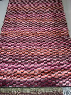 ! Woven Rug, Woven Fabric, Weaving Projects, Recycled Fabric, Rugs On Carpet, Carpets, Scandinavian Style, Loom, Pattern Design