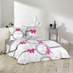 """Parure de lit imprimée, 100% coton, 42 fils. La parure comprend une housse de couette 240 x 220 cm et deux taies d'oreiller carrées coordonnées 63 x 63 cm.<br>Donnez une touche romantique à la chambre avec cette parure """"On night in Paris"""" rose et grise. O"""