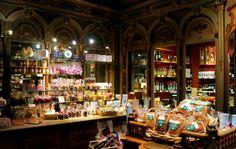 """Mulot & Petitjean sur Ozalentour !  Fondée en 1796, la maison Hulot & Petitjean est une des rares entreprises familiales comptant plus de deux cent ans d'existance. Elle fut récompensé en 2012 et obtient le label """"Entreprise du Patrimoine vivant"""" (EPV) et rejoint ainsi plusieurs entreprises distinguées pour leur savoir-faire rare, symbolique de l'excellence française. Il y a de tout pour satisfaire les gourmands de tous âges, du pain d&"""