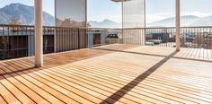 Terrassenböden und langlebige Holzfassaden aus Lärchenholz in Rift und Halbrift - SZENA, die Bühne für Ihr Zuhause.