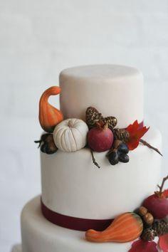 Witte bruidstaart met pompoenen en bordeaux rode details, een echte herfst bruidstaart!