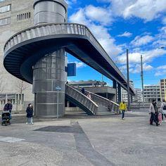 #Brücken und #Stege haben für mich etwas #Magisches eine #spirituelle #Dimension. Jede für sich ist ein #Kunstwerk ein #Effort der #Überwindung von #Hindernissen die meist für sich selbst eine #Faszination ausüben wie z.B der #Negrellisteg über das #Geleisfeld des #Hauptbahnhofes der #Stadt #Zürich. Die #Geschichte des Negrellisteges ist lang so lang und #kurvenreich und von #Enttäuschungen begleitet dass ich mich darüber #ärgern könnte. #Könnte. Stattdessen #freue ich mich über das… Gate, Clouds, Photography, Travel, Food, Spiritual, Artworks, City, History