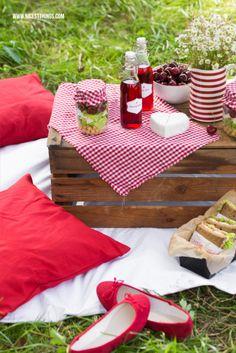 NICEST things hat ein wundervolles Picknick-Szenario in rot und weiß geschaffen. Wir sind begeistert!  #geramontpicknickideen #lassunspicknicken #cestbon
