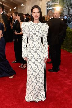 Jennifer Connelly doesn't fit in this Louis Vuitton dress at the 2015 Met Gala. It's too big on her. Looks like she borrowed it.