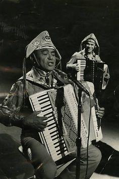 O cantor e compositor Luiz Gonzaga, o Rei do Baião, se apresenta com…