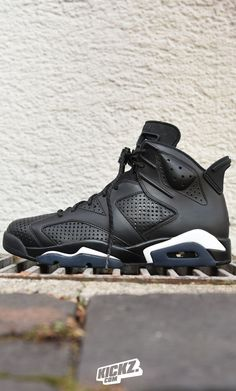 Jordan ends the year with another big drop - The Air Jordan 6 'Black Cat'. A luxurious leather upper with additional micro-perforations and touches of 3M are the perfect dress-up for your New-Years celebrations!