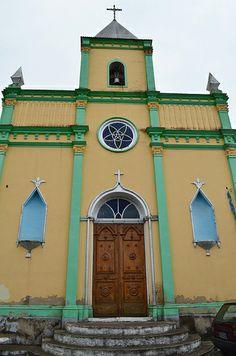 Igreja de São José em Chapéu D'Uvas, Juiz de Fora, Minas Gerais, Brasil. Bonita, colorida, mas desfalcada dos santos nos nichos.