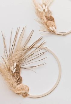 Well, at Least I Dried: A Minimal, Modern Fall Wreath DIY using Dried Grasses + Mushrooms - Wreath Ideen Christmas Mesh Wreaths, Diy Fall Wreath, Fall Wreaths, Summer Wreath, Dried Flower Wreaths, Dried Flowers, Floral Wreaths, Fall Swags, Natal Diy