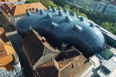 Austria's Kunsthaus Graz aka The Friendly Alien was designed by Sir Peter Cook and Colin Fournier and generates its own solar power - uploaded by @dakwaarde - roofvalue Architecture Design, Organic Architecture, Amazing Architecture, Pavilion Architecture, Residential Architecture, Contemporary Architecture, Renzo Piano, Zaha Hadid, Image Bleu