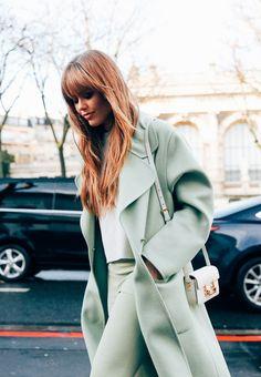 [:pt] Se háneste mundo um bom termômetro de tendências, tem que ser a semana de moda de Paris, né gente? Especialmente o street style onde os fotógrafos registram tudinho que passa por ali, com se…