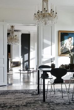 I think the glitter of the crystal chandeliers and the shining marble floors did it for me … this stunning apartment in Gothenburg, Sweden has great proportions & features. Whitewashed throughout with