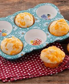 These cheesy, irresistible biscuits go with absolutely everything—and absolutely nothing! They're as delicious next to a bowl of chili as they are as a super-tasty afternoon snack. I love 'em. Pioneer Woman Dishes, Pioneer Woman Kitchen, Pioneer Woman Recipes, Pioneer Women, Pioneer Woman Chili, Food Network Recipes, Cooking Recipes, Cheese Biscuits, Ree Drummond