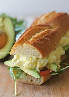 Сэндвич с яичным салатом из греческого йогурта