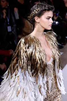 Find tips and tricks, amazing ideas for Haute couture. Discover and try out new things about Haute couture site Haute Couture Paris, Spring Couture, Haute Couture Fashion, Couture Week, Christian Dior Couture, Looks Adidas, New Yorker Mode, Feather Dress, Bohemian Mode